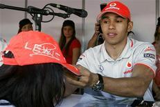 <p>Hamilton dá autógrafos em Melbourne. O piloto britânico Lewis Hamilton acredita que as lições tiradas dos problemas em que se envolveu no Grande Prêmio da Austrália do ano passado lhe ajudarão no regresso ao circuito de Albert Park, onde o início de sua tentativa de defender o título deu lugar a um pequeno escândalo na abertura da temporada passada.25/03/2010.REUTERS/Scott Wensley</p>
