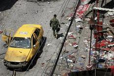 <p>Солдат осматривает место взрыва в колумбийском городе Буэнавентура 24 марта 2010 года. Не менее девяти человек погибли и десятки получили ранения в результате взрыва заминированного автомобиля в колумбийском городе Буэнавентура, сообщили власти, обвинив в произошедшем боевиков группировки FARC или кокаиновых контрабандистов. REUTERS/Jaime Saldarriaga</p>