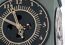 <p>Технический работник проверяет работу часов, установленных в Красноярске, 8 сентября 2001 года. Россия переходит на летнее время в ночь с субботы на воскресенье, однако жителям пяти регионов переводить стрелки часов на час вперед не придется из-за смены часовых поясов. REUTERS/STR New</p>