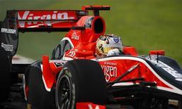 <p>Glock pilota um carro da Virgin em Melbourne. A novata equipe Virgin Racing foi autorizada a mudar o tanque de combustível do seu carro, que estava menor do que o previsto.26/03/2010.REUTERS/Scott Wensley</p>