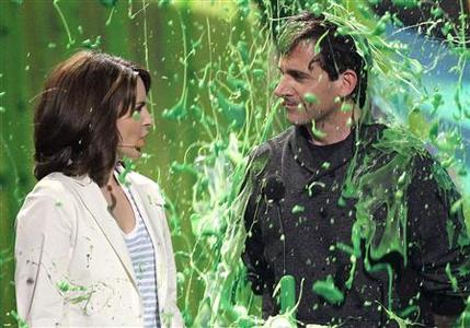 Actors Tina Fey and Steve Carell are slimed at the Nickelodeon Kids' Choice Awards in Los Angeles March 27, 2010. REUTERS/Mario Anzuoni