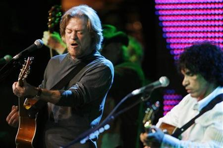 Daryl Hall (L) and John Oates of the duo Hall & Oates perform after receiving the BMI Icons award at the Broadcast Music Inc. (BMI) Annual Pop Awards in Beverly Hills, California May 20, 2008. REUTERS/Fred Prouser