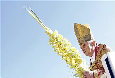 Pope Benedict XVI arrives to lead the Palm Sunday mass in Saint Peter's Square at the Vatican March 28, 2010. REUTERS/Alessandro Bianchi
