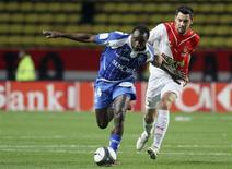 <p>A partida entre o Auxerre de Dennis Oliech e o Monaco de Thomas Mangani terminou num empate sem gols. 29/03/2010 REUTERS/Sebastien Nogier</p>