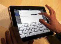 <p>Мужчина демонстрирует работу планшетного компьютера iPad от Apple, Сан-Франциско, 27 января 2010 года. Долгожданный планшетный компьютер iPad от Apple Inc появится на полках магазинов Apple и Best Buy уже в ближайший уик-энд, сообщила корпорация. REUTERS/Kimberly White</p>