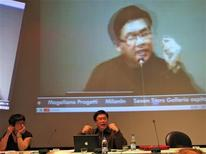 <p>Lawrence Liang a Meet the Media guru con Maria Grazia Mattei. REUTERS/Ho</p>