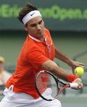 <p>O suiço Roger Federer rebate jogada do francês Florent Serra durante jogo em Key Biscayne, Flórida. Federer escapou da eliminação na terceira rodada do Masters de Miami nesta segunda-feira, por 7-6 e 7-6. 29/03/2010 REUTERS/Andrew Innerarity</p>