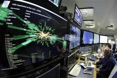 <p>Un gráfico se muestra en las pantallas de la sala de control CMS de un gran colisionador de hadrones en el CERN. Mar 30 2010. Científicos de la Organización Europea para la Investigación Nuclear, conocida como CERN, lograron el martes colisiones de alta carga energética de partículas subatómicas, como parte de un experimento para recrear las condiciones inmediatamente posteriores al Big Bang, que habría dado origen al universo hace 13.700 millones de años. REUTERS/Denis Balibouse</p>