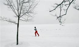 <p>Человек бежит по берегу озера Мичиган в Чикаго 14 февраля 2007 года. Масштабное наводнение послужило причиной резкого похолодания в Европе около 13.000 лет назад, известного как молодой дриас, выяснили ученые из английского Университета Шеффилда. REUTERS/Joshua Lott</p>