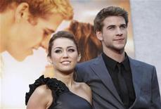 """<p>Atores Miley Cyrus e Liam Hemsworth posam em estreia do filme """"A Última Música"""" em cinema de Hollywood. Apesar da dureza dos críticos, o longa tem expectativa de sucesso nas bilheterias norte-americanas. REUTERS/Mario Anzuoni</p>"""