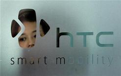 <p>Foto de archivo del logo de HTC en Taipéi, sep 24 2008. La taiwanesa HTC Corp, la quinta mayor fabricante de teléfonos inteligentes del mundo, dijo el viernes que sus operaciones no estaban afectadas por un juicio que Apple Computer inició en su contra. REUTERS/Pichi Chuang (TAIWAN)</p>