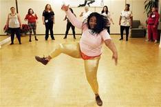 """<p>Участница танцевального шоу """"Dance Your Ass Off"""" демонстрирует свои умения в Нью-Йорке 18 декабря 2009 года. Страдающий ожирением американец, вес которого составляет 270 килограммов, был признан виновным в ресторанных аферах, однако избежал тюремного заключения из-за своих габаритов, сообщает сайт британской газеты Daily Mail. REUTERS/Finbarr O'Reilly</p>"""