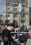 <p>File d'attente devant un magasin Apple à New York. La firme à la pomme a lancé samedi l'iPad à l'assaut des consommateurs américains qui pourront enfin tester par eux-même la tablette tactile, objet de mois de spéculations et d'effervescence. /Photo prise le 2 avril 2010/REUTERS/Jessica Rinaldi</p>