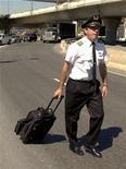 <p>Un pilota si allontana dall'aeroporto di Boston. REUTERS/Brian Snyder</p>