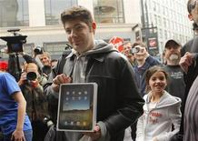 <p>Un client avec son iPad à la la sortie d'un magasin Apple à San Francisco, en Californie. La firme à la pomme a lancé samedi dans une ambiance festive son iPad aux Etats-Unis, espérant faire de la tablette tactile le quatrième pilier de sa croissance derrière le Mac, l'iPod et l'iPhone. /Photo prise le 3 avril 2010/REUTERS/Robert Galbraith</p>