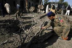 """<p>Пакистанские солдаты измеряют место взрыва рядом с консульством США в Пешаваре 5 апреля 2010 года. Боевики пакистанского отделения экстремистского движения """"Талибан"""" взяли на себя ответственность за нападение на американское консульство в Пешаваре в понедельник. REUTERS/K. Parvez</p>"""