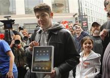 <p>Uno dei primi clienti del nuovo iPad di Apple al suo lancio a San Francisco. REUTERS/Robert Galbraith</p>