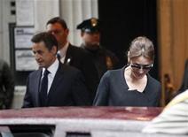 <p>Imagen de archivo del presidente de Francia, Nicolas Sarkozy, junto a su esposa Carla Bruni-Sarkozy, a la salida de un hotel en Nueva York. Mar 29 2010. Las autoridades francesas están investigando cómo apareció en un blog una historia sobre los supuestos problemas maritales entre el presidente galo, Nicolas Sarkozy, y su esposa, Carla Bruni-Sarkozy, que la pareja ha negado con contundencia. REUTERS/Chip East/ARCHIVO</p>