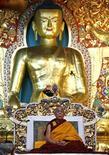 <p>Dalai Lama a Dharamsala in foto d'archivio. REUTERS/Abhishek Madhukar</p>