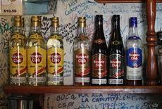"<p>Bottiglie di Havana Club nel bar ""Bodeguita del Medio"" a L'Avana. Foto d'archivio. REUTERS/Desmond Boylan</p>"