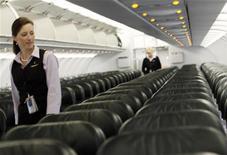 <p>Стюардессы осматривает сиденья в салоне самолета в аэропорту Денвера 27 августа 2009 года. Пассажир самолета авиакомпании United Airlines, выполнявшего рейс из Вашингтона в Денвер, вызвал настоящую панику у экипажа из- за неудачной фразы, которую окружающие восприняли как угрозу. REUTERS/Rick Wilking</p>
