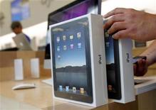 <p>Imagen de archivo de iPads en la tienda de Apple en San Francisco. Abr 3 2010. Apple Inc ha vendido 450.000 iPad desde su debut el sábado, dijo su presidente ejecutivo, Steve Jobs, un fuerte ritmo para un dipositivo que se espera impulse el futuro crecimiento del gigante de la computación. REUTERS/Robert Galbraith /ARCHIVO</p>