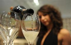 <p>A woman fills glasses with sparkling wine at the Vinitaly wine expo in Verona April 8, 2010. REUTERS/Paolo Bona</p>