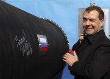 <p>Президент России Дмитрий Медведев на церемонии начала строительства Северного потока недалеко от Выборга 9 апреля 2010 года. РФ начинает строительство мощного газопровода в Германию, который позволит сократить зависимость газового транзита от Украины и станет орудием в борьбе за ускользающий рынок Европы. REUTERS/Alexander Demianchuk</p>