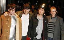 """<p>Imagen de archivo de los miembros de la banda británica Blur, en la premier de la película """"Blur : No Distance Left to Run"""", en Londres. Ene 14 2010. La banda británica Blur lanzará su primer single en siete años a finales de este mes, aunque sólo saldrán a la venta 1.000 copias del disco de edición limitada en vinilo, dijo el viernes la revista musical NME. REUTERS/Luke MacGregor/ARCHIVO</p>"""