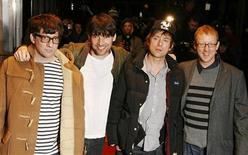 """<p>Integrantes da banda britânica Blur participam da estreia do filme """"Blur: No Distance Left to Run"""" em Londres. A banda lançará seu primeiro single depois de sete anos, em uma edição limitada de apenas 1.000 cópias em disco de vinil. 14/01/2010 REUTERS/Luke MacGregor</p>"""