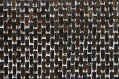 <p>Muro di bottiglie in foto d'archivio. REUTERS/Chaiwat Subprasom</p>