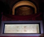 <p>Туринская плащаница представлена в Туринском кафедральном соборе 10 апреля 2010 года. Тысячи пилигримов и туристов стали прибывать на север Италии, чтобы увидеть Туринскую плащаницу - загадочное полотно, в которое, по мнению некоторых верующих и историков, было завернуто тело снятого с креста Иисуса Христа. REUTERS/Giorgio Perottino</p>