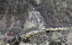 <p>Спасатели ищут пострадавших в катастрое поезда на севере Италии 12 апреля 2010 года. Не менее шести человек погибли и 25 получили ранения в результате крушения поезда в северном итальянском регионе Альто-Адидже близ города Больцано в понедельник, сообщили сотрудники чрезвычайных служб. REUTERS/Dominic Ebenbichler</p>