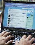 """<p>Le site de socialisation et de """"microblogging"""" Twitter devrait présenter ce mardi son modèle publicitaire, une première réponse aux inquiétudes persistantes sur sa capacité à générer des revenus. /Photo d'archives/REUTERS/Michael Caronna</p>"""