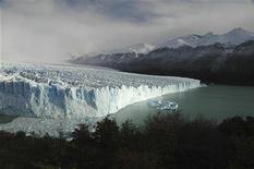 <p>Ледник Перито Морено на озере Лаго Аргентино в национальном парке Los Glaciares в Эль-Калафате, Аргентина 16 мая 2009 года. Большая глыба льда откололась от ледника и вызвала цунами высотой более 23 метров в горном озере в Перу, в результате чего три человека пропали без вести, сообщили местные власти в понедельник. REUTERS/Raul Forza</p>