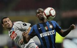 <p>Inter Milan's Samuel Eto's (R) with Napoli's Mariano Bogliacino at the San Siro stadium in Milan September 23, 2009. REUTERS/Alessandro Garofalo</p>