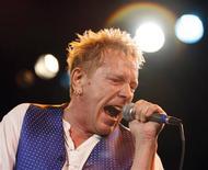 <p>Джон Лайдон выступает на концерте Sex Pistols в Roxy bar в Лос-Анджелесе 25 октября 2007 года. Джон Лайдон (также известный как Джонни Роттен) вернул к жизни свою группу Public Image Ltd. и впервые за 18 лет приехал в США с концертами. REUTERS/Mario Anzuoni</p>