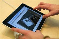 <p>Consumidor experimenta o iPad em San Francisco. A Apple afirmou nesta quarta-feira que atrasará em um mês o lançamento internacional do tablet iPad devido às vendas acima do esperado nos Estados Unidos na primeira semana de distribuição do aparelho.03/04/2010.REUTERS/Robert Galbraith</p>