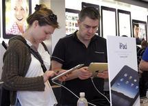 <p>Покупатели пробуют новые планшеты iPad в магазине Apple в Нью-Йорке 3 апреля 2010 года. Apple Inc отложила на месяц поставки своего планшета iPad в магазины за пределами США из-за превысивших ожидания продаж на домашнем рынке. REUTERS/Gary Hershorn</p>