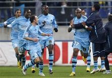 <p>Stephane Mbia comemora gol com jogadores do Olympique Marseille, que abriu 5 pontos de vantagem no Campeonato Francês. REUTERS/Vincent Kessler</p>