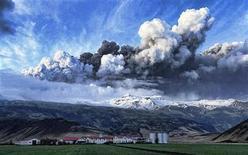 <p>Облако пепла поднимается над жерлом вулкана на юге Исландии 14 апреля 2010 года. Гигантское облако пепла, выброшенного в атмосферу исландским вулканом, продолжает блокировать небо над северной частью Европы, оставляя сотни тысяч пассажиров в аэропортах. REUTERS/Olafur Eggertsson</p>