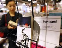 <p>Libri di Haruki Murakami in foto d'archivio. REUTERS/Kim Kyung-Hoon</p>