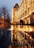 <p>Люди проходят мимо ГУМа в Москве 26 ноября 2007 года. Предстоящие выходные в Москве будут дождливыми и немного прохладными, свидетельствуют данные синоптиков. REUTERS/Oksana Yushko</p>
