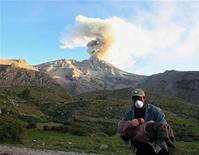 <p>Мужчина в защитной маске несет на руках ребенка во время извержения вулкана Убинас в Перу 20 апреля 2006 года. Извержение вулкана в Исландии, парализовавшее авиасообщение над большей частью Европы, может также навредить и людям, испытывающим проблемы с дыханием, считает Всемирная организация здравоохранения. REUTERS/Mariana Bazo</p>