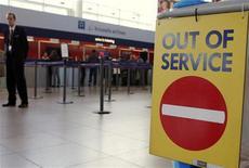"""<p>Табличка со словами """"Не работает"""" у стойки авиакомпании Brussels Airlines в аэропорту Брюсселя 17 апреля 2010 года. Власти надеются значительно увеличить количество авиарейсов над Европой в начале новой рабочей недели, частично облегчив транспортный коллапс последних пяти дней. REUTERS/Sebastien Pirlet</p>"""