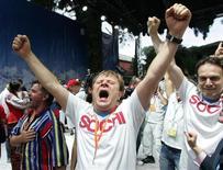 <p>Российские болельщики празднуют в Гватемале после объявления о том, что Зимняя Олимпиада 2014 года пройдет в Сочи, 4 июля 2007 года. Рейтинговое агентство Moody's отозвало в понедельник рейтинг Сочи, поскольку городские власти, готовящиеся через четыре года принимать Олимпиаду, не стали платить за услуги агентства. REUTERS/Sergei Karpukhin (GUATEMALA)</p>
