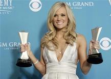 <p>Carrie Underwood posa com seus prêmios depois da premiação da Academia de Música Country no domingo. Pelo segundo ano seguido, Underwood foi escolhida como melhor artista de entretenimento no segmento. 18/04/2010 REUTERS/Steve Marcus</p>
