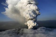 <p>Столп дыма и пепла поднимается из жерла вулкана Эйяфьяллайекюль, Исландия 19 апреля 2010 года. Повергнувший в транспортный хаос Европу исландский вулкан Эйяфьяллайекюль продолжает извергаться, однако облако пепла постепенно опускается, сообщили исландские метеорологи. REUTERS/Jon Gustafsson/Helicopter.is/Handout</p>