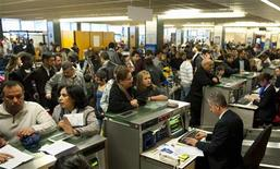 <p>Passeggeri affollano i banchi del check-in all'aeroporto parigino di Orly. REUTERS/Gonzalo Fuentes</p>