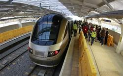 <p>Novo trem para a Copa do Mundo é testado no aeroporto internacional de Johanesburgo. REUTERS/Peter Andrews</p>